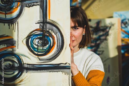 Foto Creative happy painter paints a colorful picture