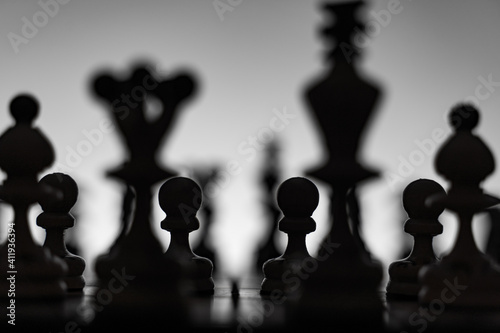 Fotomural Chess board with chess pieces silhuettes on white background
