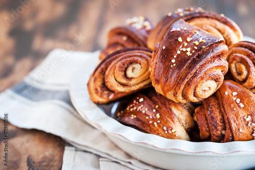 Foto Homemade finnish cinnamon and cardamom rolls (buns)