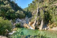 Dos Ríos Con Una Cascada Se Encuentran Formando Un Pequeño Lago