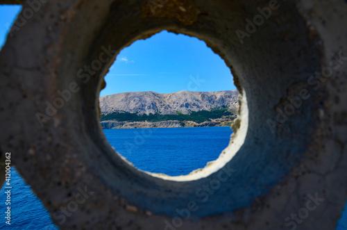 Obraz Widok na morze przez płot - fototapety do salonu