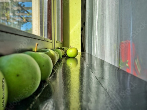 Tableau sur Toile Close-up Of Granny Smith Apples Arranged On Table By Window