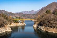 薗原湖にかかる黄色い橋 群馬県 沼田市