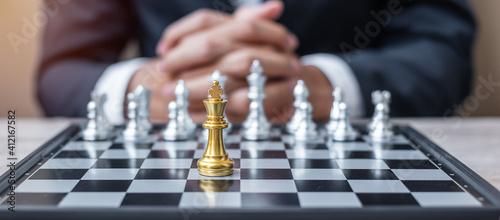 Fotografia hess King figure against chessboard opponent with businessman manager background