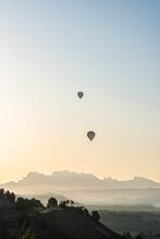 Amanecer Paisaje Globos Volando Sobre Montañas