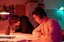 élèves étudiant à La Maison En Groupe Pendant Le Confinement