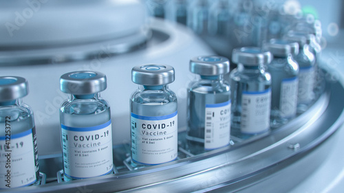 Foto SARS-COV-2 COVID-19 Coronavirus Vaccine Mass Production in Laboratory, Bottles with Branded Labels Move on Pharmaceutical Conveyor Belt in Research Lab