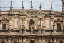 Foto Frontal De Una Parte De La Portada De Una Catedral.