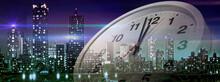 12時少し前を指している時計。最終電車、残業、年越しカウントダウンのイメージビジュアル