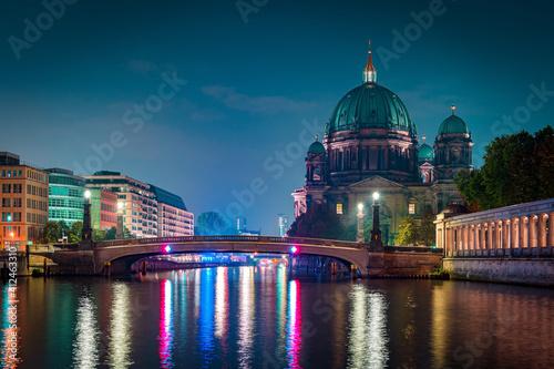 Photo Berliner Dom und Friedrichsbrücke in Berlin bei Nacht