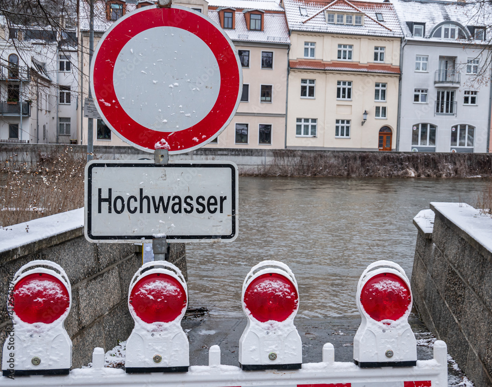 Fototapeta Achtung Hochwasser Warnschild  an einem Fluss