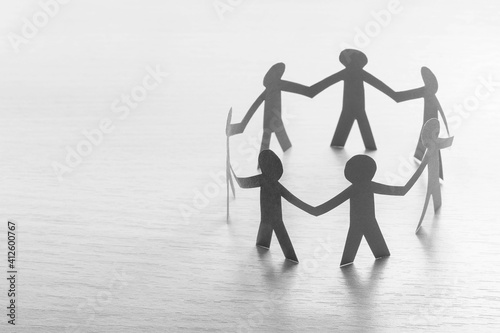Obraz Arbeitskreis aus Papiermenschen - Teambuilding, Teamwork Konzept - fototapety do salonu