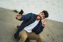 Chico Atractivo Joven Con Barba Con Ropa Casual Y Camisa Con Skate