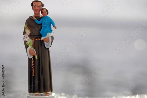 Photo Une petit statue en plastique de Saint Antoine de Padoue