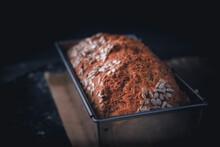 Selbstgebackenes Dinkel Vollkornbrot In Einer Edelstahl Brotbackform Mit Dunklen Hintergrund