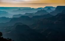 Atardecer De Montañas Con Siluetas Y Nubes En El Desierto Del Gran Cañon, Maravillas Del Mundo En Arizona