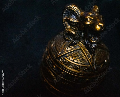 Fotomural satanic goat head incense holder statue