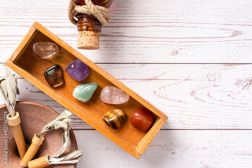 Foto Top down view on seven chakra healing crystal stones for mind body and soul reik