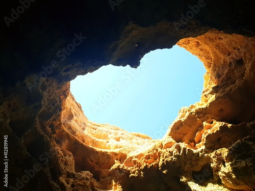 Foto Low Angle View Of Rock Formation