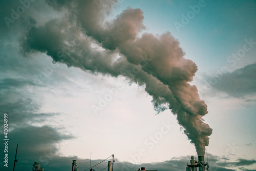 smoke coming out of factory chimney industry and global warming Fotobehang