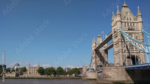 Fototapeta View Of Tower Bridge And The Tower Of London Over River Thames Under A Clean Blue Sky obraz