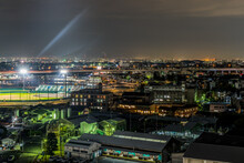 街中にある工場と野球場の夜景。原池公園野球場