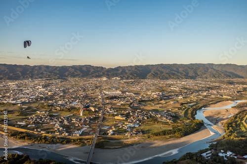 Billede på lærred 和歌山県紀の川市の竹房橋上空を飛ぶパラグライダーを空撮