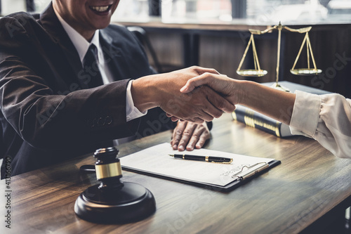 Midsection Of Lawyer Shaking Hand With Client In Courtroom Fototapeta