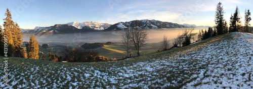 Obraz na plátně Eine malerische Landschaft, verzaubert durch den Nebel und die untergehende Sonne
