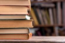 Un Livre Relié Dans La Bibliothèque