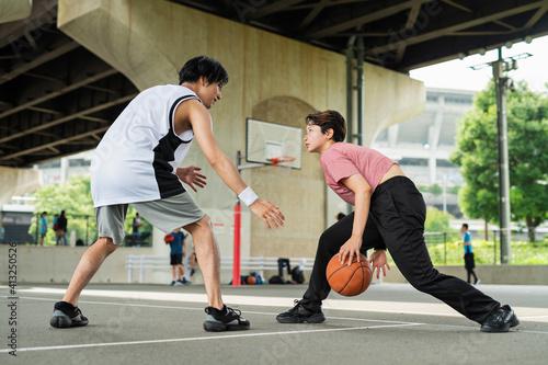 Fotografija バスケットボールをする男女