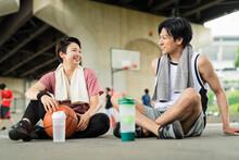 バスケの練習中に休憩をとる男女