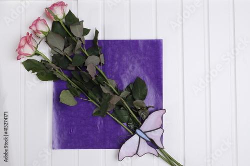 Fototapeta Róże różowe i różowy szklany motyl obraz