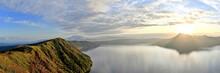 朝日を浴びて輝く晩秋の摩周湖のパノラマ情景@北海道
