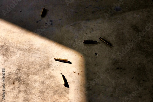 Foto High Angle View Of Bullets On Floor