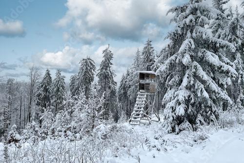 Winter im Thüringer Wald mit Hochsitz © Henry Czauderna