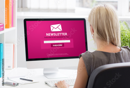 Papel de parede Woman subscribing to newsletter on some website