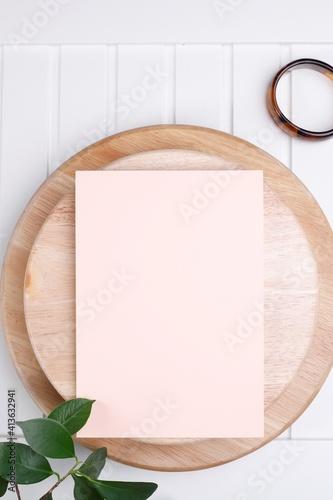 Obraz Kartka papieru pastelowa na drewnianej okrągłej desce - fototapety do salonu