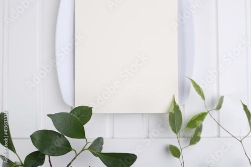 Obraz Kartka papieru ecri na białym porcelanowym talerzu - fototapety do salonu