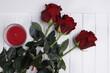 róże trzy duże czerwone na białym blacie