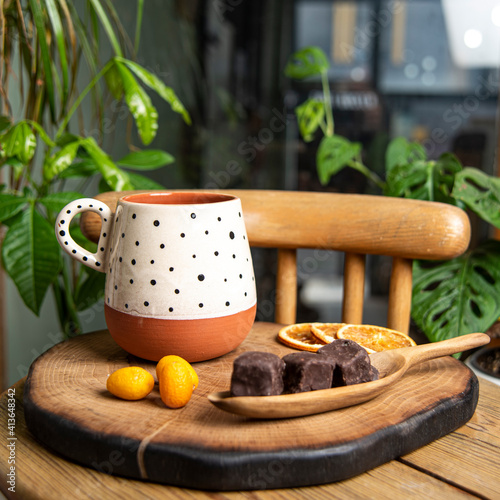 Canvastavla colorful handmade ceramic coffee cup on wooden table
