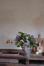 Frisch Gepflückter Flieder In Einem Eimer In Einer Landhaus Küche
