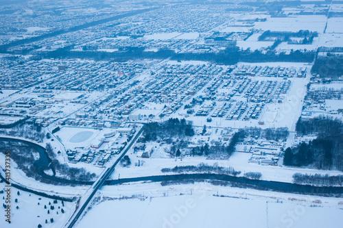 飛行機の窓から見える雪景色の千歳市 Fototapet