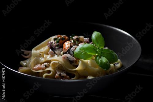 Fototapeta makaron, jedzenie, posiłek, płyta, obiad, dania, sos, włoch, gotowanie, spagetti, ser, lunch, przepyszny, zdrowa, biała, swiezy, delikatesowy, pomidor, bazylia, salada, zieleń, tagiatelle, owoce morza obraz