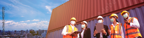 The supervisor is explaining to the staff the details of the container work at the warehouse.