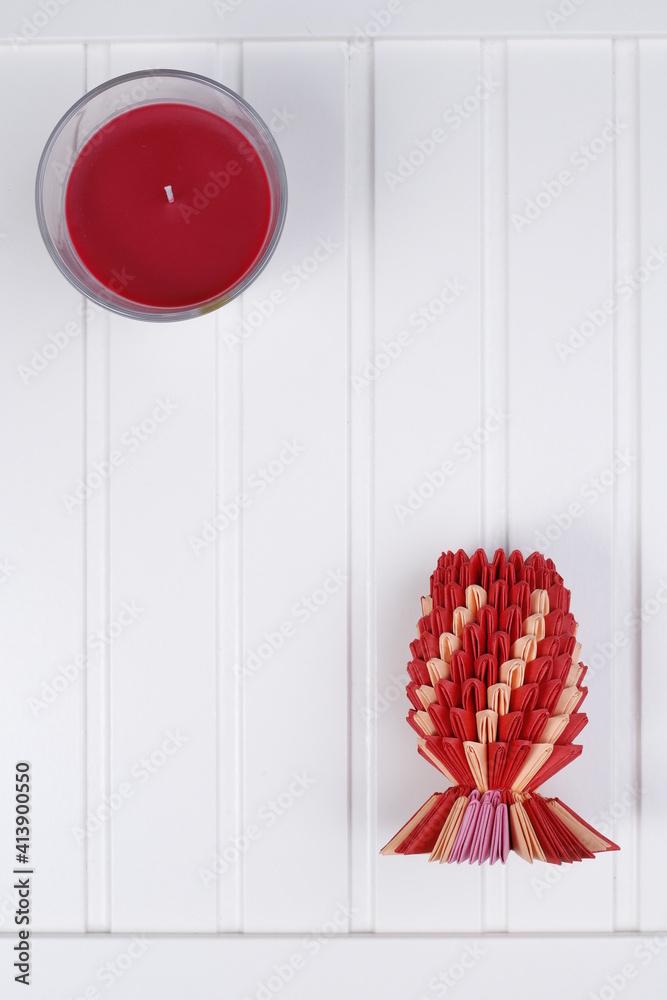 Biały blat drewniany i ananas czerwony origami - obrazy, fototapety, plakaty