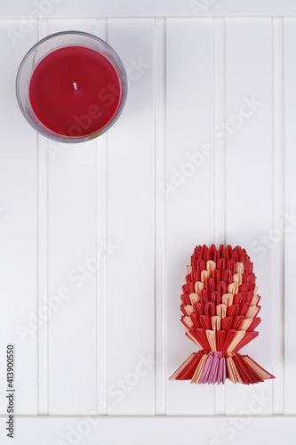 Obraz Biały blat drewniany i ananas czerwony origami - fototapety do salonu