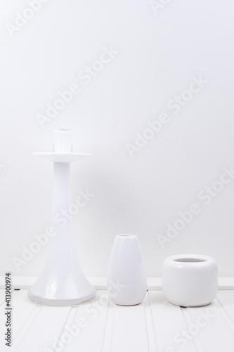 Świecznik biały szklany na białym tle - fototapety na wymiar
