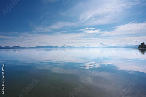Fototapeta 晴れた日の観光地の湖