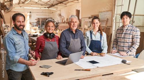 Fototapeta Handwerker als Schreiner Team mit Lehrlingen obraz